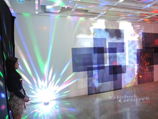 세종문화회관(미술관)에서 열리는 '백남준 그루브_흥(興)'전 전시장에 백남준 1973년 작 '글로벌 그루브(Global Groove 신나는 세계축제)' 작품을 재구성해 입체적 시각효과를 주다