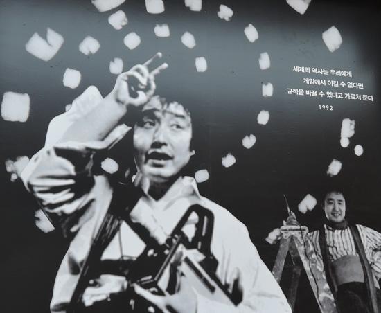 백남준 언제나 헐렁한 멜빵패션을 하고 다녔고 젊어서부터 몽골 유목민족의 후손답게 재기발랄한 모습을 과시하다. 그만의 독특한 자신감, 자존감, 자부심으로 넘친다. 백남준 20대 때 사진이다