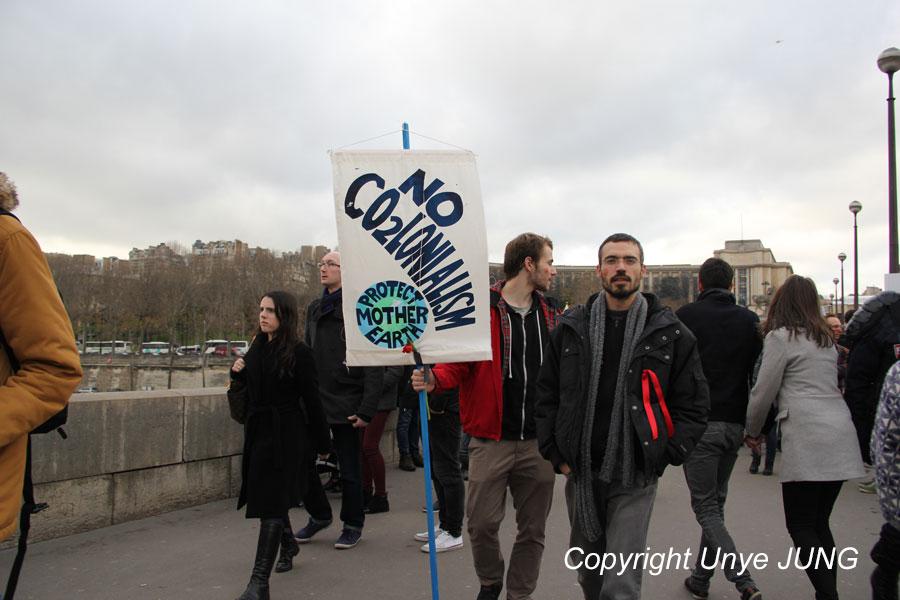 이에나 다리를 건너 에펠탑으로 향하는 시위대