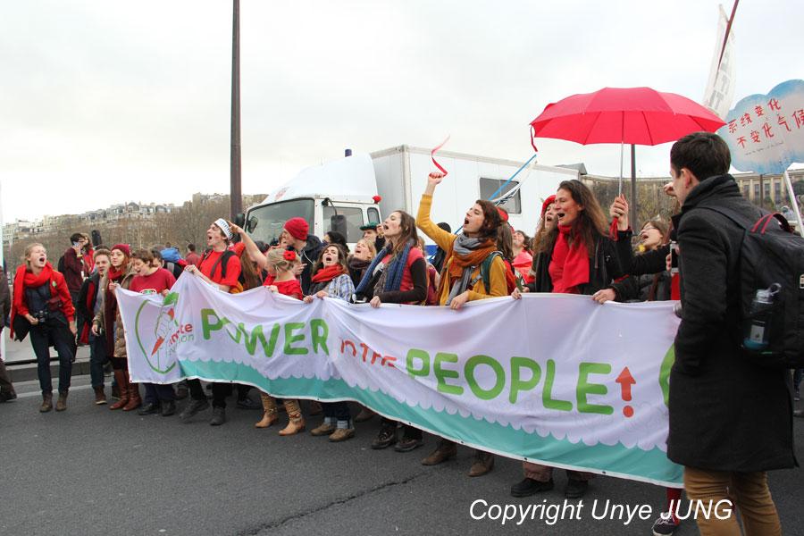 """이날 나온 구호 중 하나 """"Power from people !"""" '권력은 민중으로부터 나온다'."""