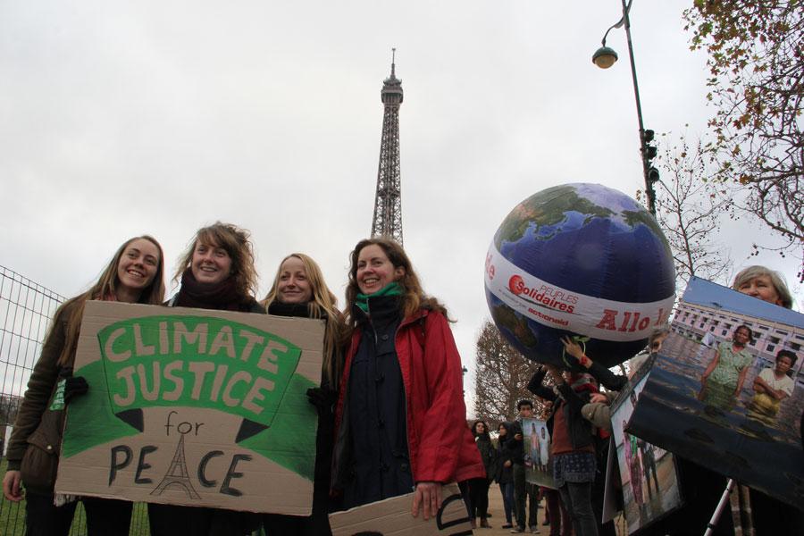 이날 집회에 참여하기 위해서스웨덴에서 온 아가씨들. '평화를 위해 기후 정의'라는 푯말을 만들어왔다.