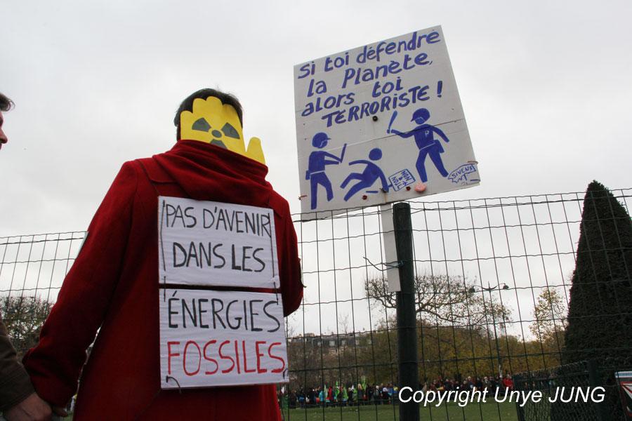 '화석연료와 함께라면 미래가 없다' (좌), '지구를 변호하면 너는 테러리스트!'(우) COP21이 시작되기 전부터 행사기간 동안 가택수색을 당하거나 연행된 환경주의자와 활동가들이 많았다. 그걸 패러디하고 있다.