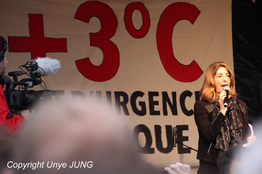 """캐나다 언론인이자 활동가 나오미 클라인. """"파리협약에 '화석연료'라는 단어는 한 마디도 들어있지 않습니다. '탈핵'이란 단어도 들어있지 않습니다."""""""