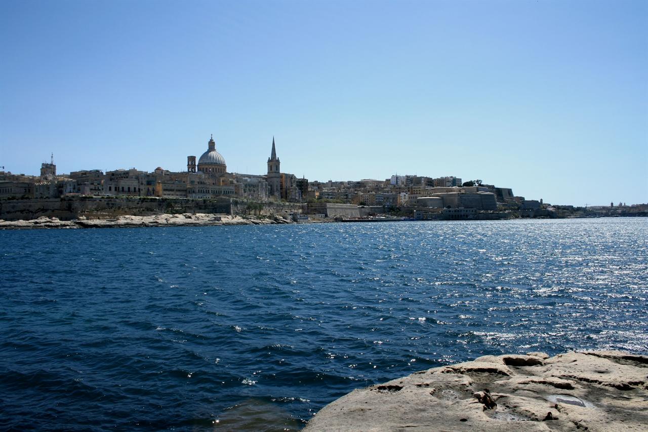 바다 건너 보이는 몰타의 수도 발레타(Velletta) 도시 전체가 유네스코 세계문화 유산으로 지정되어 있다.