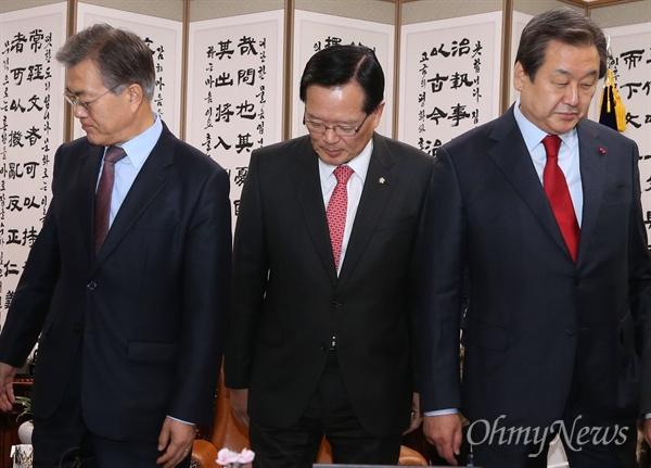 김무성 새누리당 대표와 문재인 새정치민주연합 대표가 15일 오전 선거구 획정 관련 협상을 하려고 국회의장실에서 정의화 의장 주재로 만나 인사를 나눈 뒤 자리로 향하고 있다.