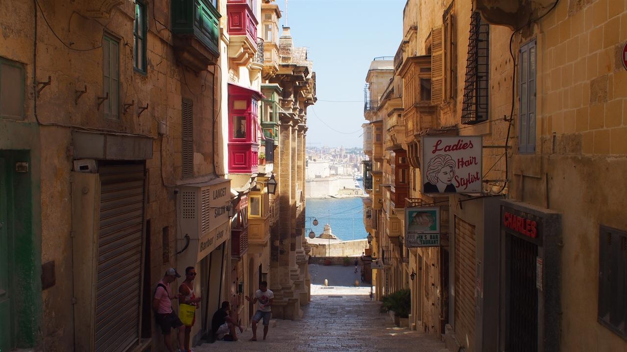 몰타의 수도 발레타(Valletta)의 정경. 몰타의 건축물은 대부분 미색을 띄고 있다. (사진제공: 여행작가 이세영)