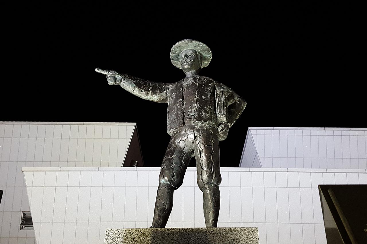 1653년 1월에 네델란드 상선 스페르베르호가 텍셀에서 출발하여 7월 바타비아(자카르타)를 거쳐 일본 나가사키로 가는 도중 8월 16일 제주도 근해에서 태풍을 만나 표착하였다. 살아남은 사람은 64명중에서 36명이었는데 그 중 한 사람이 헨드릭 하멜이었다. 일행과 함께 여수에 오게 된 하멜은 여수 전라좌수영성 문지기 생활을 하면서 7년의 세월을 보내고 1666년 9월 4일 밤 여수를 떠났는데 이곳이 하멜 일행이 자유를 찾아 항해를 시작한 출발지이다.