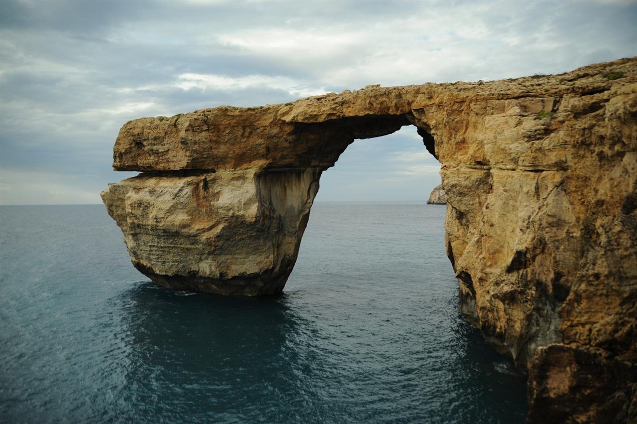 몰타에서 가장 유명한 자연 경관으로 손꼽히는 아즈라 윈도우 (Azure Window). 푸른 창문이라는 뜻으로 몰타에서는 두 번째로 큰 고조섬(Gozo)의 서쪽에 위치해 있다. (사진제공: 여행작가 이세영)