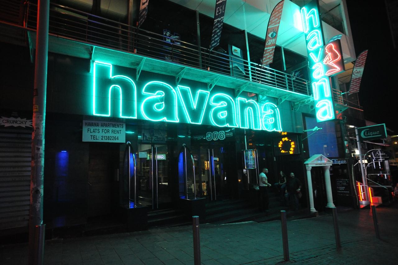 파처빌(Paceville) 몰타의 최대 번화가이다. 해변에서 비치 파티를 즐길 수 있을 뿐만 아니라, 카지노, 영화관, 레스토랑, 다양한 클럽이 밀집되어 있다. (사진제공: 여행작가 이세영)
