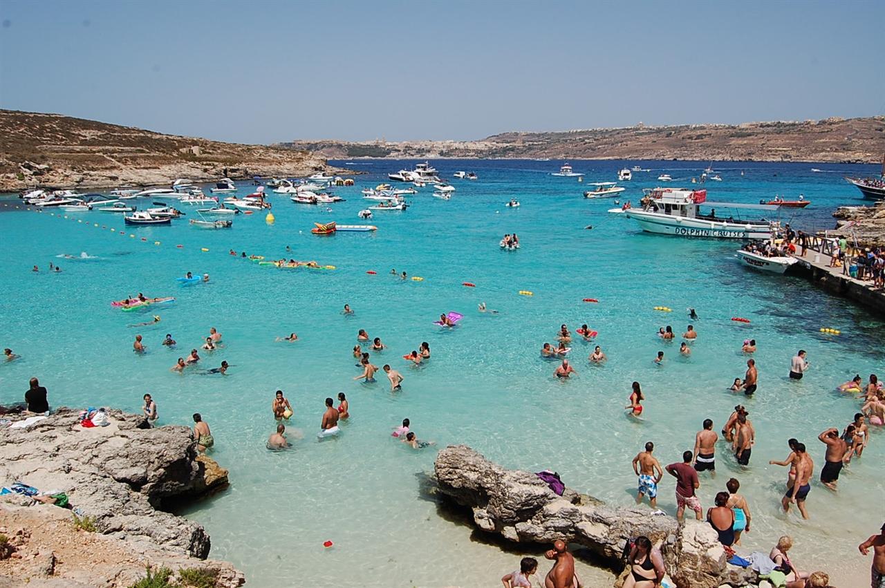 몰타의 또 다른 섬 코미섬(Comino). 신의 영역을 연상케하는 코발드빛 블루라군(Blue Lagoon)은 매년 수많은 관광객들이 몰타를 찾는 이유이기도 하다.