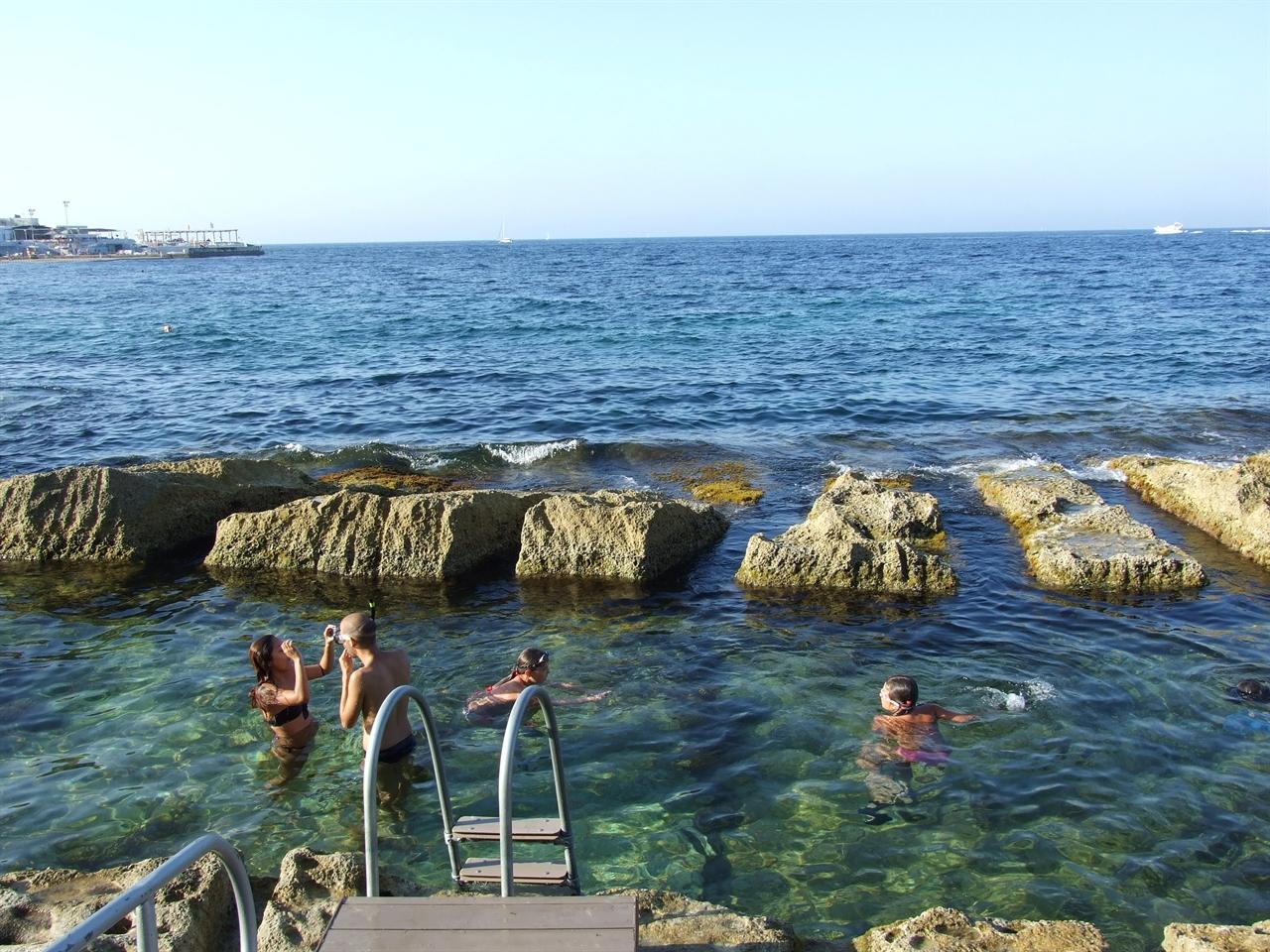 몰타의 흔한 수영장 풍경.
