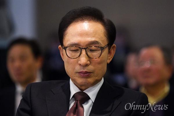 이명박 전 대통령이 15일 오후 서울 서초구 한 웨딩홀에서 열린 이동관 전 청와대 홍보수석의 출판기념회에 참석하고 있다.