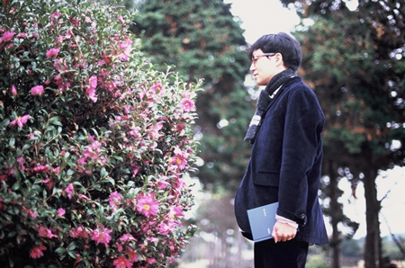 가수 루시드폴의 정규 7집은 15곡이 담긴 CD와 동화 <푸른 연꽃>으로 구성됐다. <푸른 연꽃>은 마노라는 섬 소년이 아기 해마인 마노를 만나면서 겪는 이야기를 담은 글이다.