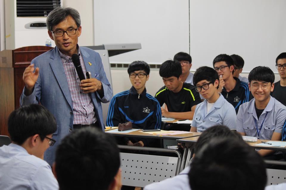 지난 7월 13일 오연호 <오마이뉴스> 대표기자가 부산 남일고등학교에서 학생들을 대상으로 행복특강을 하고 있다.