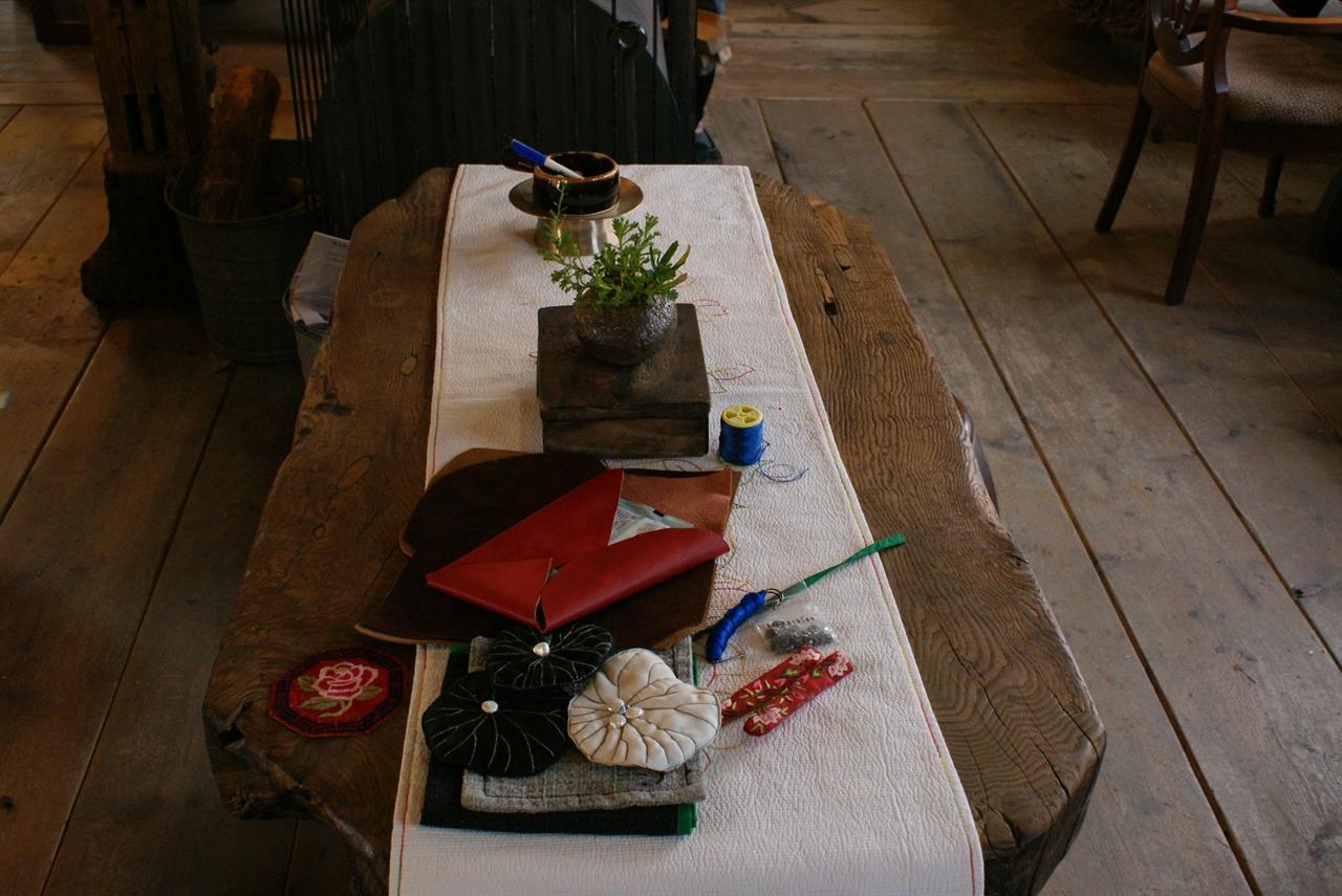 호미가 내부  떡판 위에 다양한 소품들