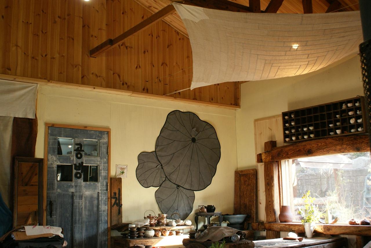 호미가 내부  한옥고재로 창을 낸 곳 위에  매달은 조각보