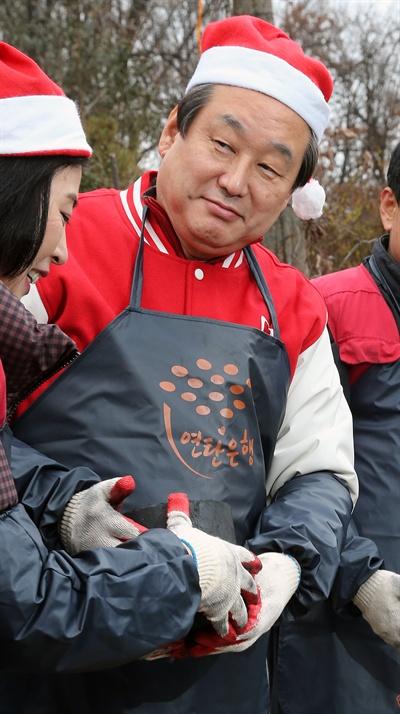 새누리당 김무성 대표가 18일 오전 서울 삼성동에서 영남대 새마을 유학생들과 함께 기초생활수급자와 독거노인 등 불우이웃에게 연탄을 배달하고 있다.