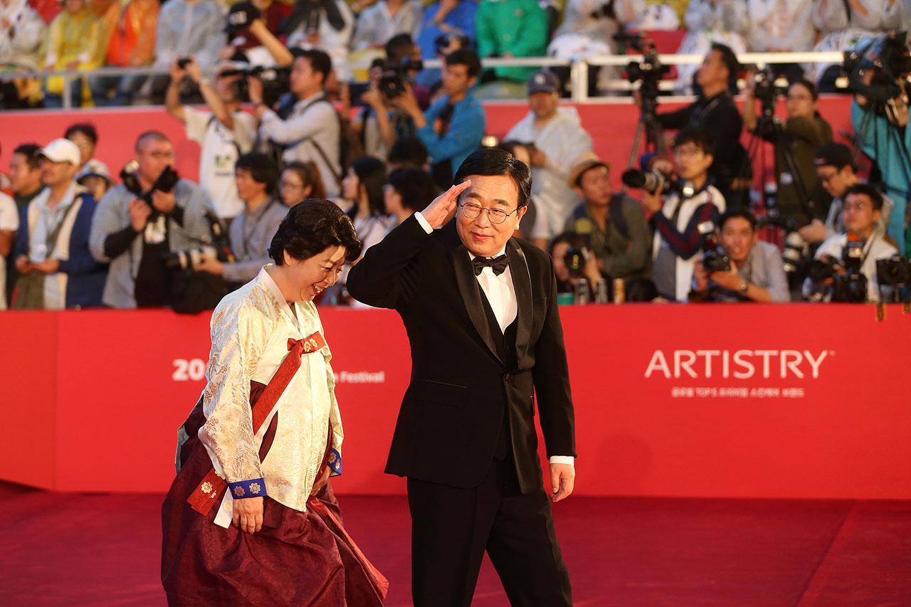 지난 10월 열린 부산국제영화제 개막식에서 레드카펫으로 입장하고 있는 서병수 부산시장