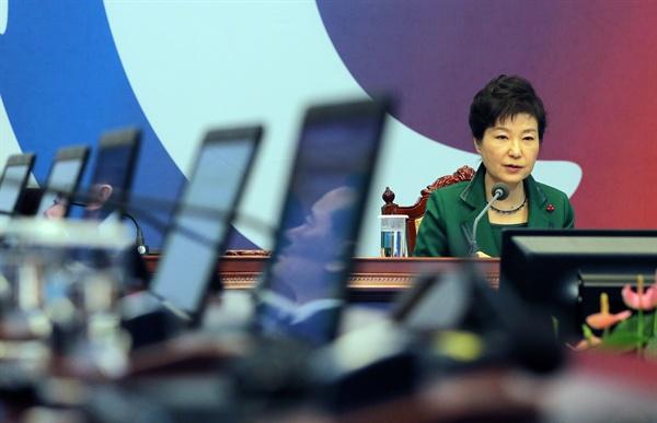 박근혜 대통령이 22일 오전 청와대에서 열린 영상 국무회의에서 모두 발언을 하고 있다.