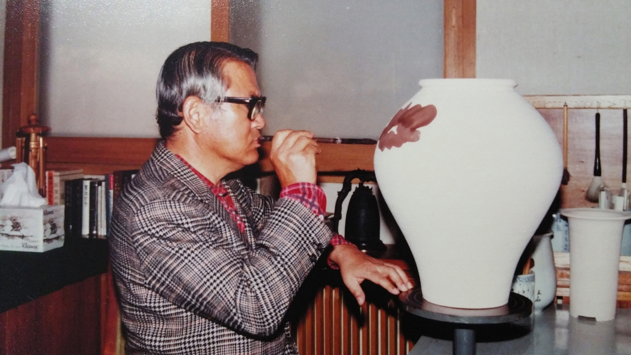 1980년 전두환 신군부로부터 부정축재자로 몰려 축출된 이후락 전 중앙정보부장이 경기도 광주에 있는 '도평요'에서 도자기에 그림을 그리고 있다