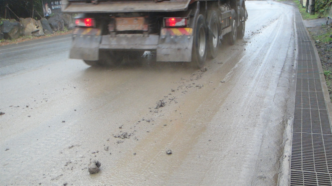 청소 좀 하세요 12월 23일의 도로 역시 돌과 진흙이 떨어져 엉망이다.