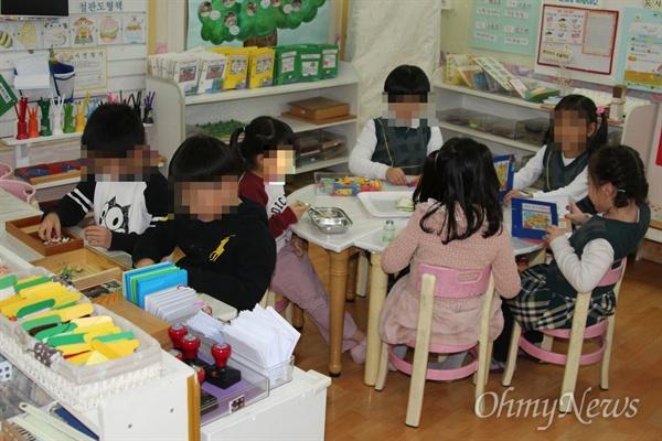 어린이집에서 친구들과 놀고 있는 누리과정 어린이들