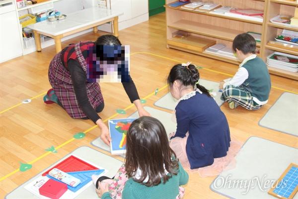 선생님과 함께 놀이수업을 하고 있는 누리과정 어린이들