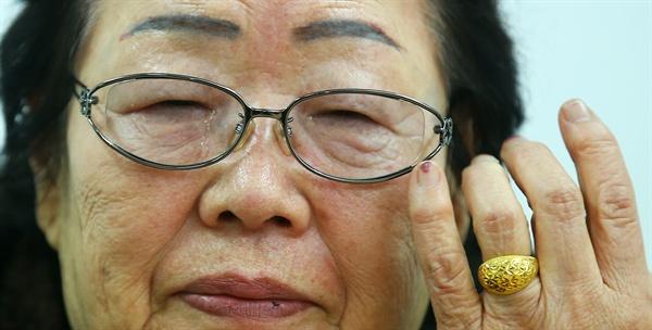 한일 외교장관 회담에서 일본군 위안부 협상이 타결된 28일 오후 일본군 '위안부' 피해자 이용수(88) 할머니가 서울 마포구 한국정신대문제대책협의회에서 기자회견을 하며 눈물을 흘리고 있다. 이 할머니는 일본 정부가 피해자들에게 '보상'이 아닌 '법적 배상'을 해야 한다는 입장을 거듭 강조했다.