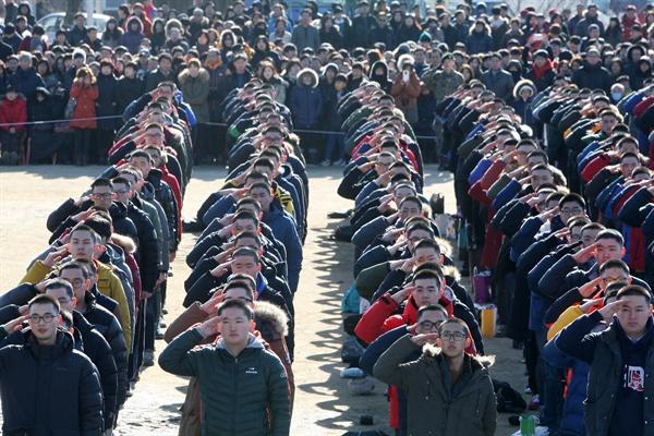 2015년 1월 6일 춘천 102보충대에서 입영 장정들이 가족 등에게 경례하고 있는 모습.