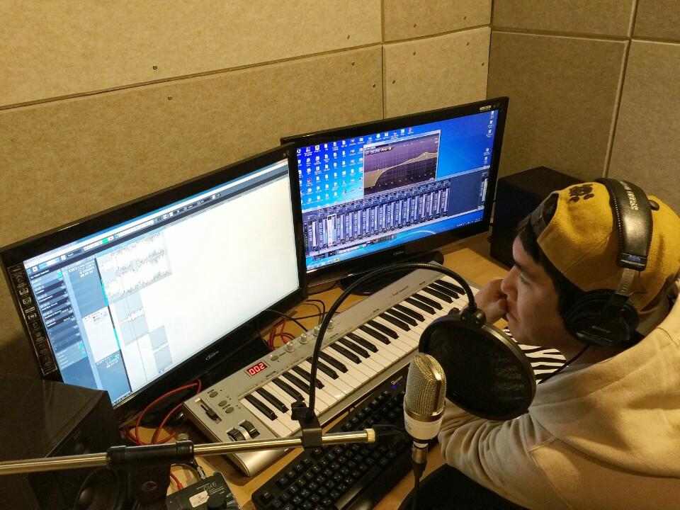 래퍼 락다 락다가 레코딩 후에 엔지니어실에서 자신의 녹음한것을 모니터 하고 있다.