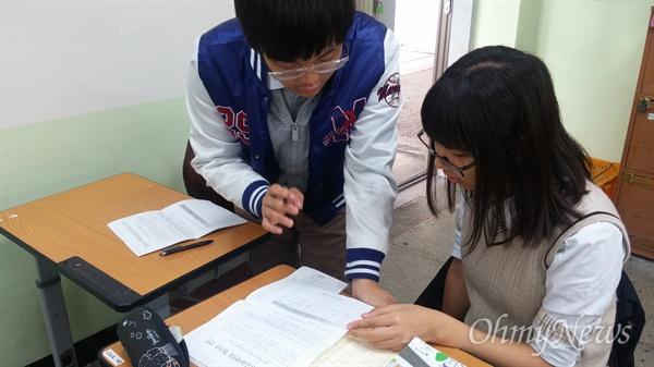 지난 10월 서울 구로고등학교 2학년생 이찬진군이 교내에서 선후배와 친구들을 상대로 역사교과서 국정화 반대 서명운동을 벌이고 있다.