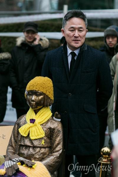 최근 더불어민주당에 입당한 표창원 범죄과학연구소장이 30일 오후 서울 종로구 일본대사관 앞 평화의 소녀상을 방문하고 있다.