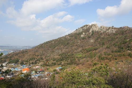 온금동 뒷산에서 바라 본 유달산 풍경. 노적봉에서 보는 유달산과는 색다른 풍경으로 펼쳐진다.
