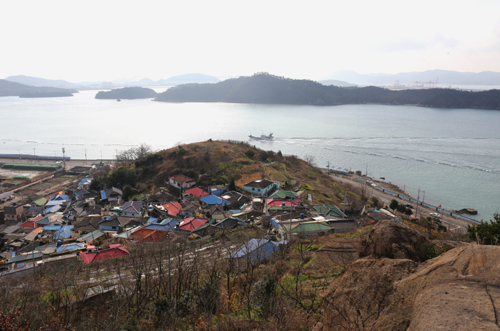 온금동 뒷산에서 내려다 본 '다순구미' 마을. 마을 앞으로 바다가 펼쳐진다. 그 너머로 모이는 섬이 고하도다.