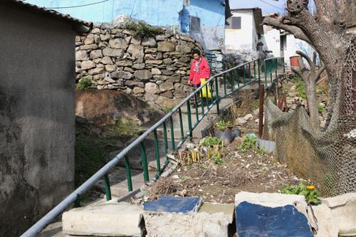 다순구미 마을 풍경. 급한 계단을 따라 마을에 사는 어르신이 조심스럽게 내려오고 있다.
