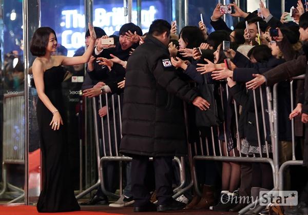 고아성, 팬들과 손맞추고 눈맞추고! 배우 고아성이 31일 오후 서울 삼성동 코엑스에서 열린 < 2015 SBS 연기대상 > 레드카펫에서 팬들과 인사를 나누고 있다.