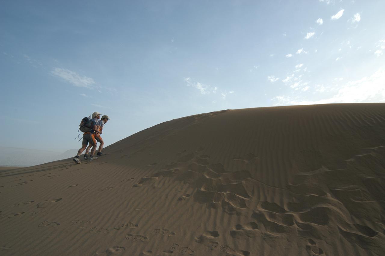 고비사막의 빅듄을 넘는 필자 시각장애인과 함께