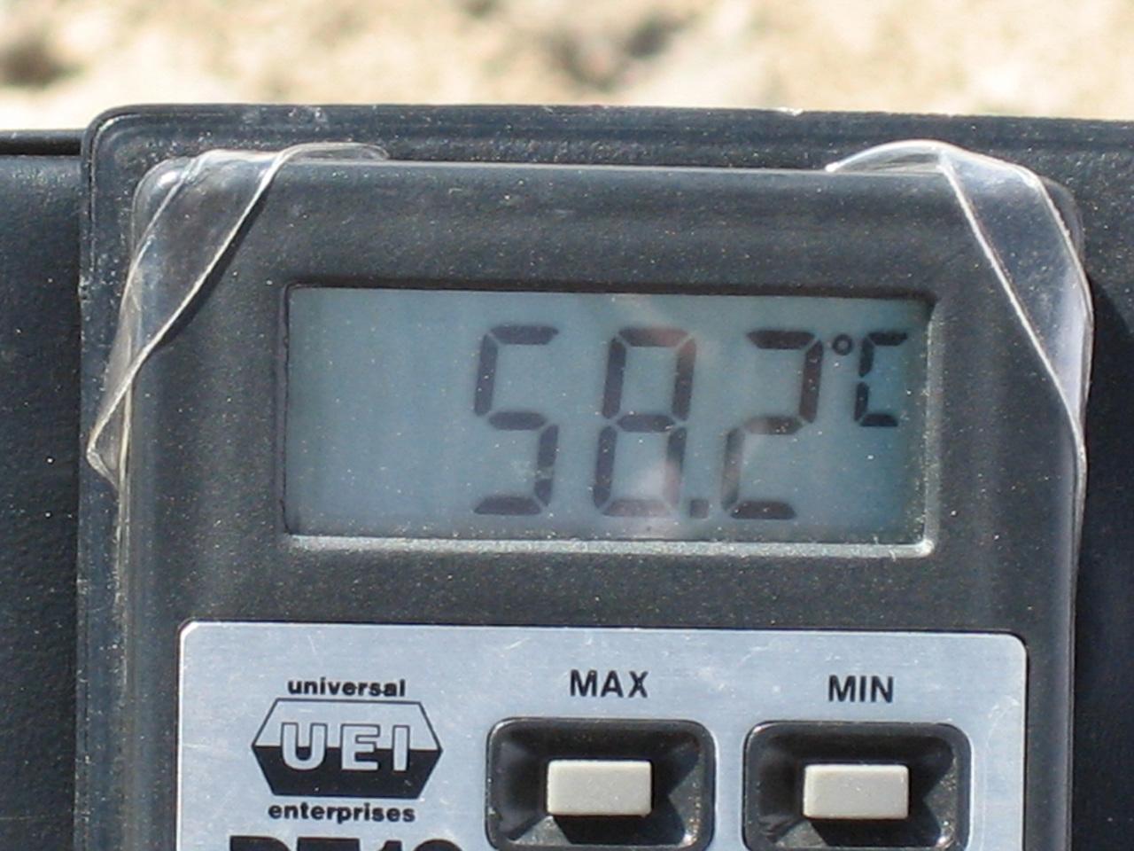 사막의 열기 58도를 가리키는 온도계