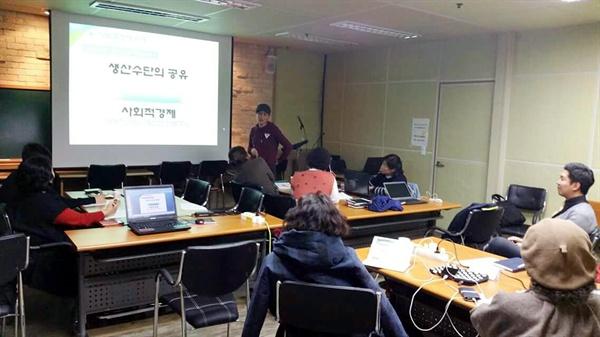 협동조합 교육 네트워크, 성인들에게 협동조합에 관한 교육을 하는 모습