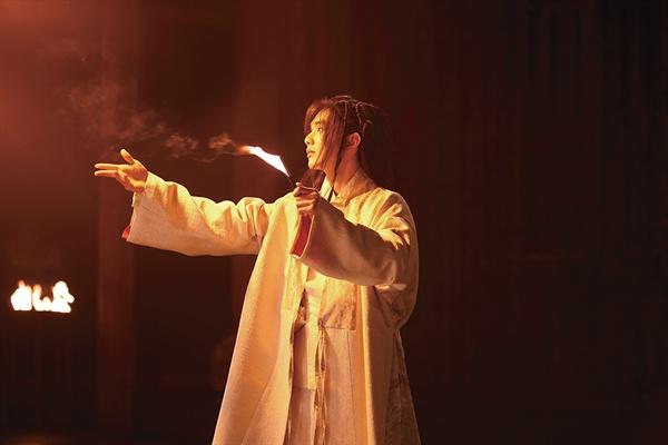 영화 <조선마술사>의 한 장면. 주인공 환희(유승호)는 조선 최고의 마술사로 불린다.