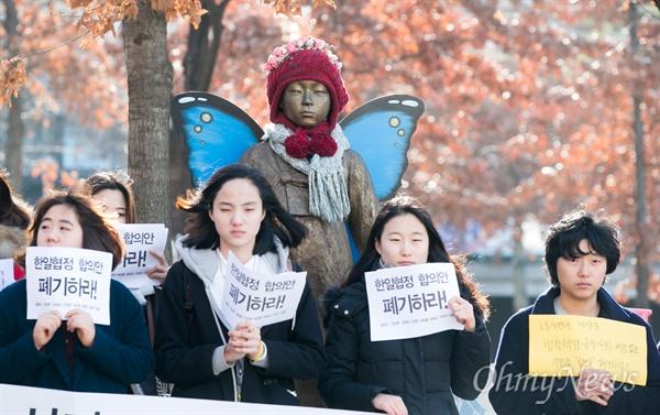 4일 오전 서울 서대문구 이화여대 인근 평화의소녀상 앞에서 일본군 위안부 문제 한일협상 폐기를 위한 이화인 시국선언이 열리고 있다.
