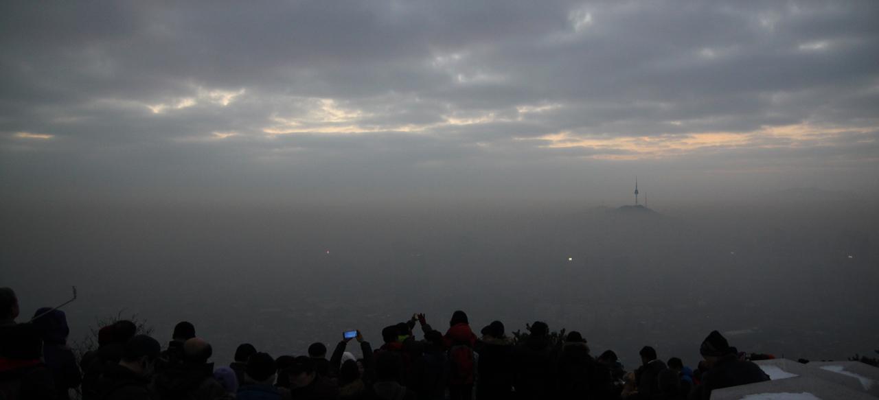 어둠 속에 묻혀있는 새해의 빛 2016년 1월 1일 새벽, 인왕산 중턱에서 바라본 서울시 풍경. 짙은 안개가 도심에 내려앉고 하늘엔 구름이 가득하다.│2016년 병신년, 인왕산 일출, 새해의 일출, 서울에서 일출
