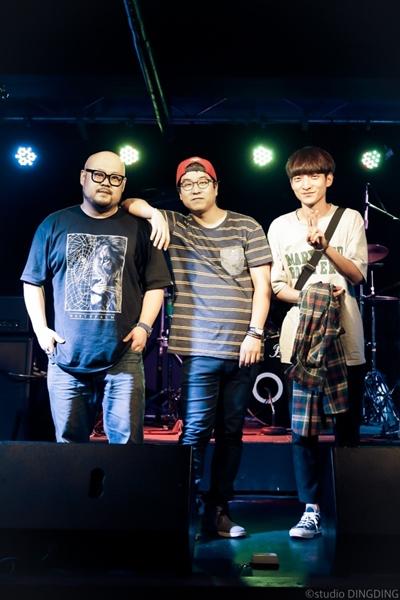 김동완밴드 김동완밴드는 이재원(보컬/기타), 김동완(베이스), 이동형(드럼)으로 구성되어 있다.