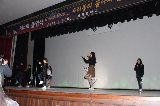 댄스타임 이날 각 졸업생들은 적어도 2번 이상은 댄스무대에 섰다.