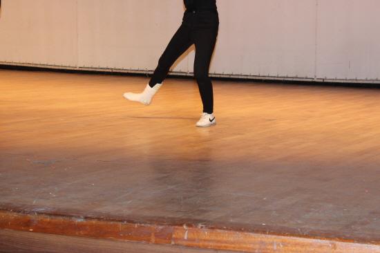 깁스 열정 한 여학생 졸업생이 다리에 깁스를 하고도 댄스에 참여하는 열정을 보였다