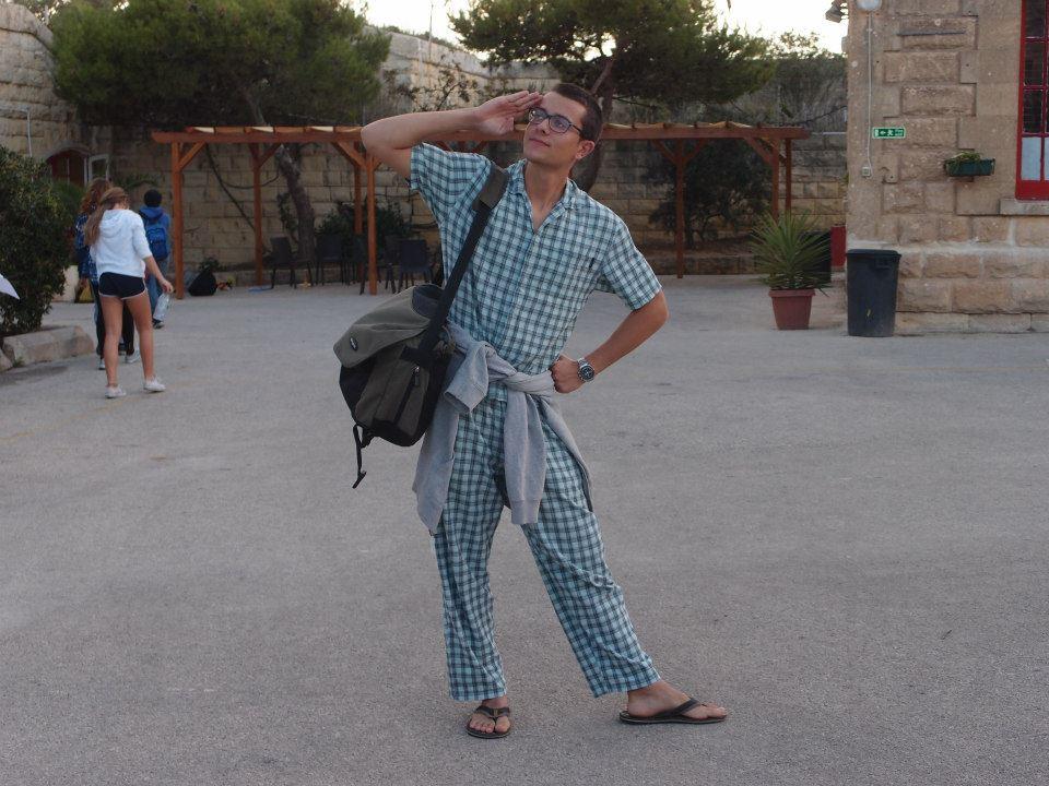 버달라(Verdala)국제학교 스피릿 위크(Spirit week) 파자마 데이. 집에서 입는 잠옷을 입고서 학교로 등교한 남학생의 모습.