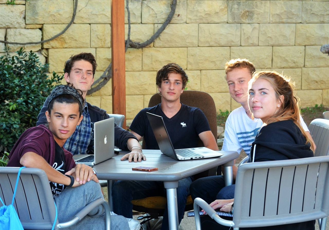 학생들이 CAS활동으로 YE (Young Enterprise:젊은 기업인이 되어서 나누는 토론)로 모여 회의를 하고 있다