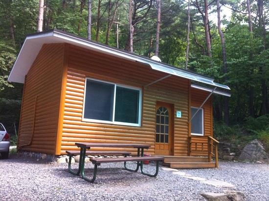 휴양림의 숙소는 한 채씩 떨어져 있어 조용히 휴식을 취할 수 있다.