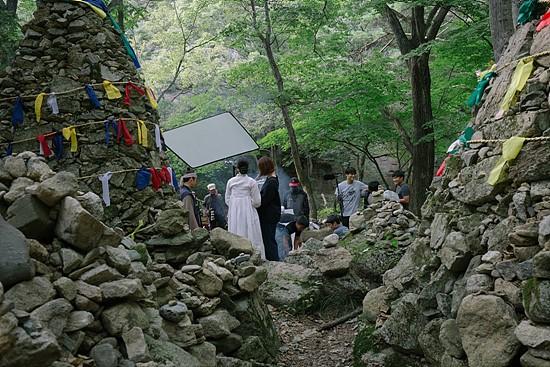 대로변 돌무덤에서 KBS 드라마 <장사의 신> 촬영이 한창이다.