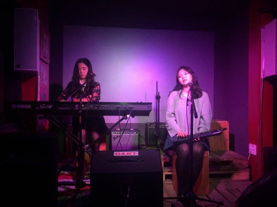 밴드 화려 밴드 화려가 오픈마이크에서 라이브를 하고 있다.